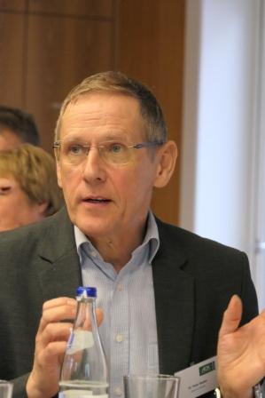 Peter Stadler erlaeutert seine Thesen