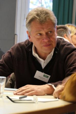 Wilfried Dormann im Gespraech in seiner Themeninsel