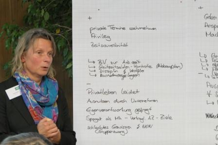 Sandra Boehm erlaeutert die Schwerpunkte Iher Themeninsel